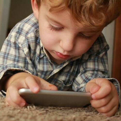 Das erste Handy für das Kind: Kinderhandy oder Smartphone